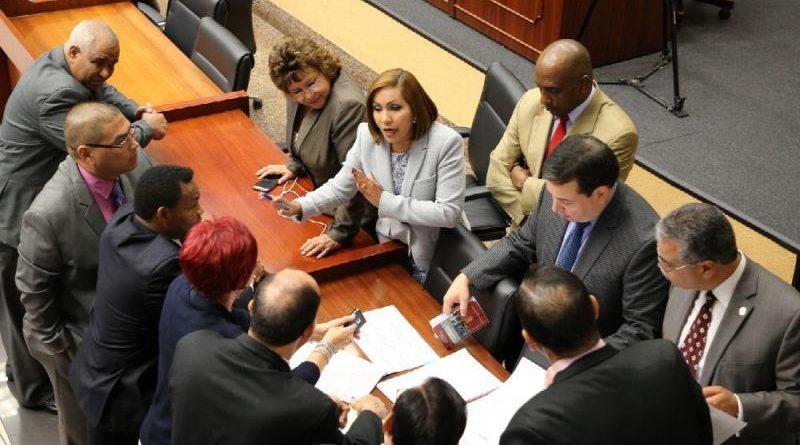 Excelente: Diputados panameños, presidente y gabinete se bajan el salario.