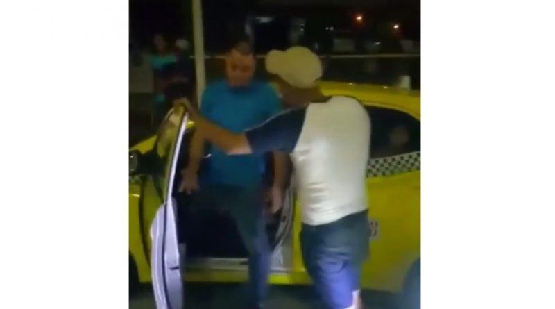 Supuestos delincuentes cobran a taxistas en San Isidro por pasajeros.